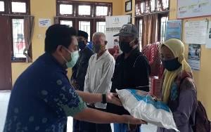Video Penyaluran Zakat Keluarga H Abdul Rasyid AS untuk Warga Desa Pasir Panjang