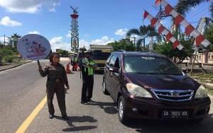 Polisi Cek Suhu Tubuh Pengendara Jalan di Perbatasan Kalteng-Kalsel