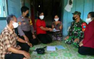 Personel TNI Polri Dampingi Camat Tewah Salurkan BLT