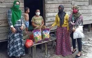 Keluarga Besar H. Sugianto Sabran dan H. Agustiar Sabran Datangi Desa Sungai Kakap dan Antarkan Langsung Bantuan Sosial Pada Masyarakat
