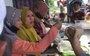 Gubernur Kalteng Borong Kue Untuk Dibagikan Kepada Warga