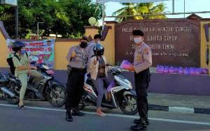 Kapolsek Dusun Timur Bagikan Takjil untuk Pengendara dan Pedagang Asongan