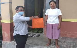 KPU Kalteng Bagi 100 Paket Sembako kepada Warga Terdampak Covid-19