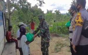 TNI dan Polri di Gunung Mas Salurkan Sembako Kepada Masyarakat Kurang Mampu di Kelurahan Tumbang Anjir