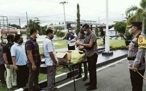 Kapolresta Palangka Raya Bagikan Masker untuk Personel