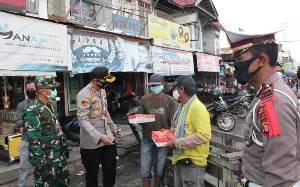 Polres Barito Selatan Bagikan Takjil kepada Tukang Ojek dan Becak