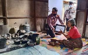 Polsek Kapuas Barat Salurkan Bantuan Paket Sembako ke Lansia