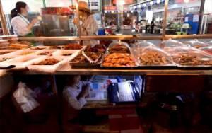 Meringkuk di Kolong Meja, Anak di Cina Ikut Kelas Online