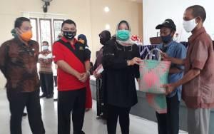 Pemkab Kobar Bagikan 750 Paket Olahan Ikan