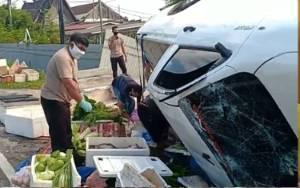 Mobil Pikap Muatan Sayur Terbalik di Jalan Tjilik Riwut