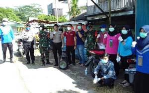 TNI - Polri Bersama Puskesmas Bahaur Hilir Bagi Masker Lawan Covid-19