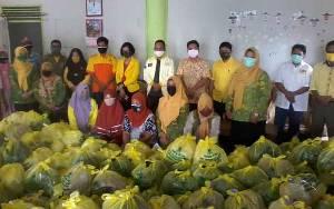 DPD Golkar Katingan Berikan 400 Paket Sembako kepada Warga Terdampak Covid-19