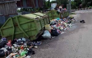 Tumpukan Sampah di Perumahan Bukit Permai Sampit Meluber Hingga ke Jalan