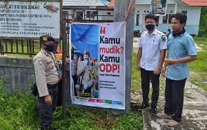 Personel Polsek Kapuas Barat Pasang Spanduk Imbauan Tidak Mudik di Pinggir Jalan Lintas