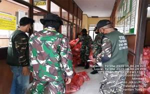Anggota TNI Bantu Distribusikan Sembako ke Kelurahan Menteng