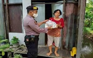 Polsek Kapuas Barat Kembali Bagikan Bantuan Sembako untuk Warga Terdampak Covid-19