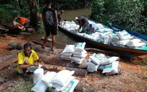 Melewati Jalur Sungai, Zakat Keluarga H Abdul Rasyid AS Didistribusikan Menuju Desa Rungun, Kondang dan Lalang