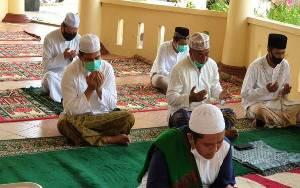Bupati Lamandau Salat Idul Fitri Bersama Keluarga dan Kerabat di Rumah Jabatan