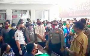 Penyaluran BLT Dipadati Warga, Polsek Dusun Tengah Lakukan Pengamanan