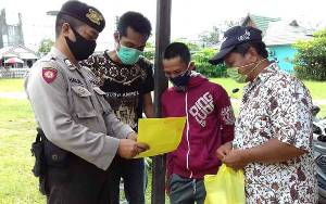 Anggota Polsek Kahayan Kuala Edukasi Masyarakat Tentang Pencegahan Covid-19
