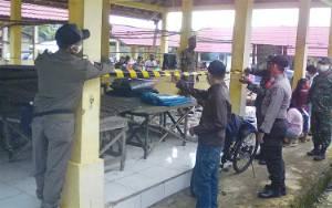Dinas Perdagangan Bersama Tim Kecamatan Awang Tertibkan Pedagang Pasar Mingguan