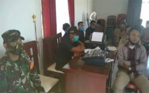 Babinsa Koramil Kurun Awasi Penyaluran BLT DD di Kantor Desa Petak Bahandang