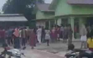 Warga Geruduk Kantor Desa Kubu Minta Transparansi Bantuan Sosial
