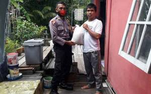 Personel Polres Kapuas Bagikan Bantuan Sembako Untuk Warga di Selat