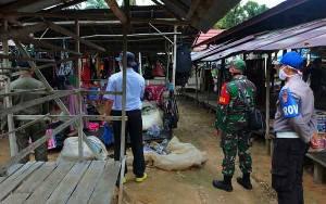 Anggota Polsek Patangkep Tutui Atur Penertiban Pasar Mingguan