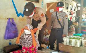 Anggota Polsek Dusun Tengah Kampanye Protokol Kesehatan kepada Warga