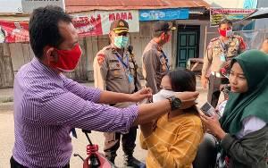 Polresta Palangka Raya Bagikan Masker di Pasar Kahayan