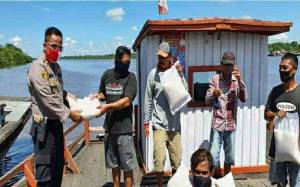 Peduli Dampak Covid-19, Kapolsek Kapuas Barat Salurkan Bantuan Beras untuk Warga