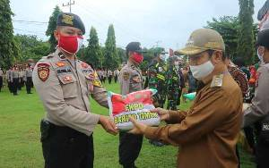 TNI dan Polri di Barito Timur Distribusikan Bantuan Sosial Terdampak Covid-19