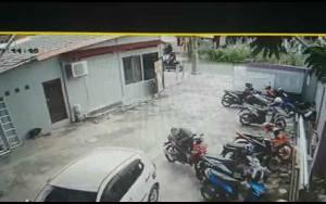 Aksi Pencurian Terekam CCTV, Uang Rp 3,5 Juta di Jok Motor Raib di Kapuas