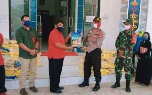 Polsek Katingan Tengah Salurkan Bantuan Beras kepada Warga Terdampak Covid-19
