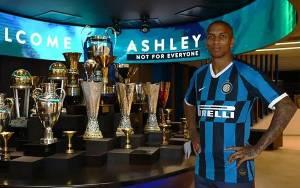 Kontrak Ashley Young Diperpanjang 12 Bulan