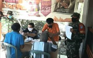 Personel Koramil 1011-05 Sei Tatas Kawal Penyaluran Bantuan Sosial