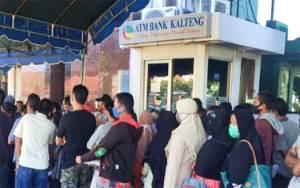 Waduh! Pengambil BLT di Bank Kalteng Tidak Jaga Jarak