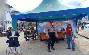 Polsek Dusun Timur Bantu Tertibkan Pasar Mingguan di Tamiang Layang