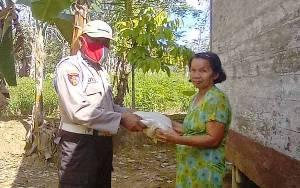 Anggota Polsek Dusun Tengah Bantu Beras Peduli Lansia Terdampak Covid-19