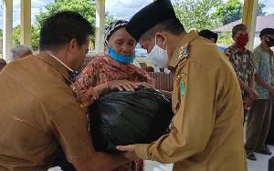 Komda Lansia Sukamara Salurkan 450 Paket Sembako di 2 Kelurahan