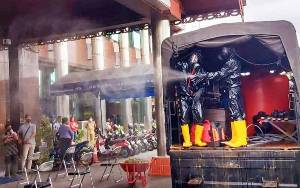 Polisi Semprot Disinfektan di Bank Kalteng