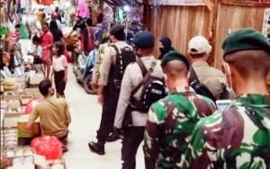 Petugas Gabungan PSKH Pasar Kahayan Imbau Pedagang dan Pengunjung Patuhi Protokol Kesehatan