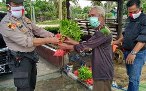 Polsek Hanau Bagikan Ikan dan Sayuran Hasil Panen