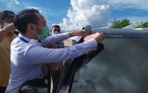 Wali Kota Palangka Raya Pasangkan Stiker Pengenal Kendaraan di Posko Check Point Mandiri