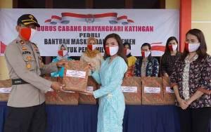 Bhayangkari Bagikan Masker dan Suplemen kepada Personel Polres Katingan