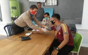 Tim Dokkes Polres Kapuas Cek Kesehatan Personel di Pos PSBB