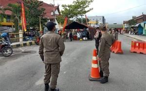 Petugas Satpol PP Kobar Turut Lakukan Pengamanan Rapid Test Massal di Pasar Indra Sari