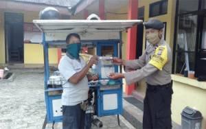Cegah Penyebaran Corona, Polsek Kumai Bagikan Face Shield Pada Masyarakat
