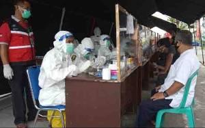 Gubernur Kalteng Bagikan Bonus untuk Petugas Medis pada Rapid Test Massal di Kotawaringin Barat
